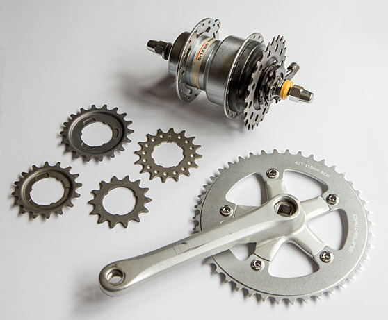 Internally geared hub, cogs and chainwheel